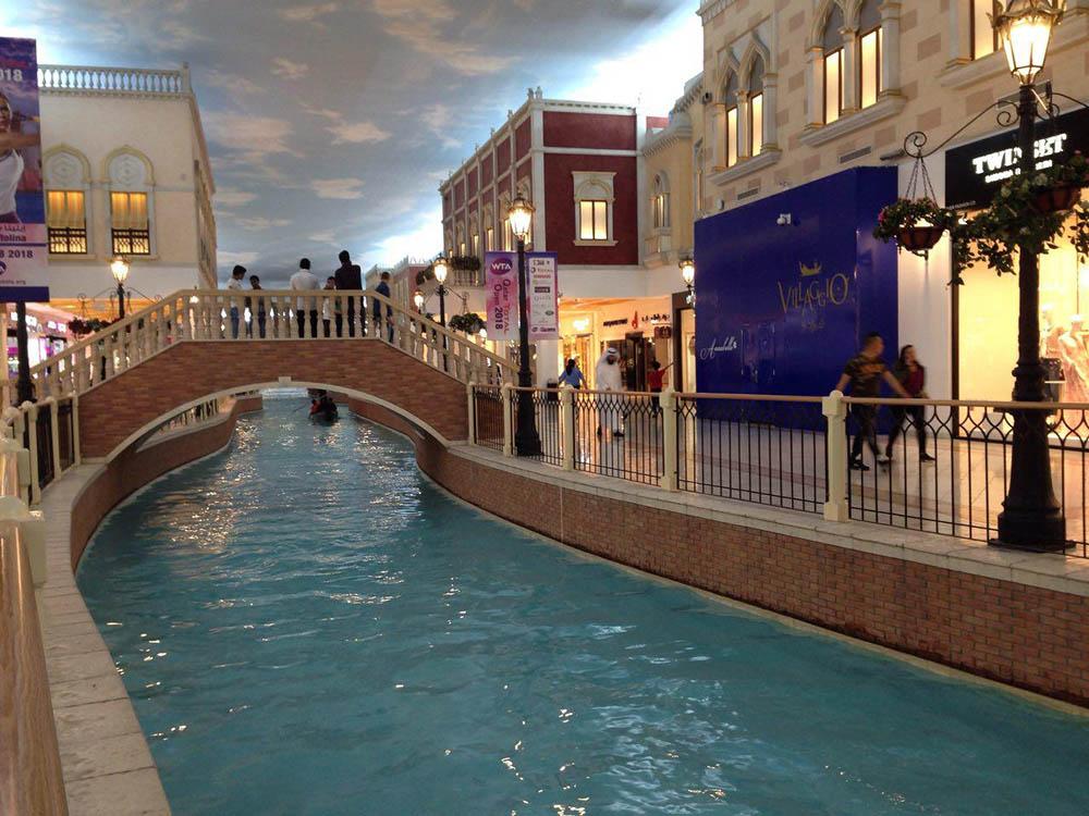 «Белладжио-молл» сделан в стиле одноименной гостиницы и казино в Лас-Вегасе. Внутри есть искусственная река и потолок, имитирующий небо