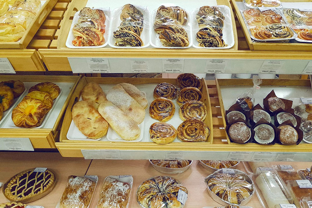 В местной сети «Бахетле» булочки стоят от 25 рублей за штуку. Самые вкусные, красивые и калорийные пирожные стоят от 80 рублей. Салаты — от 30 рублей за 100г