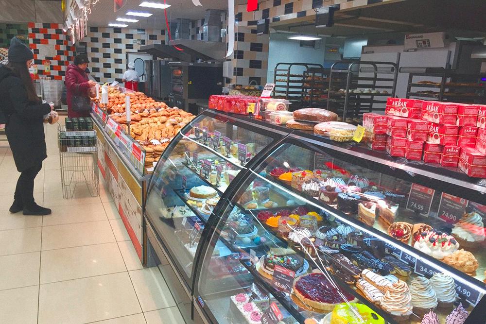 В некоторых магазинах пекут булки и торты