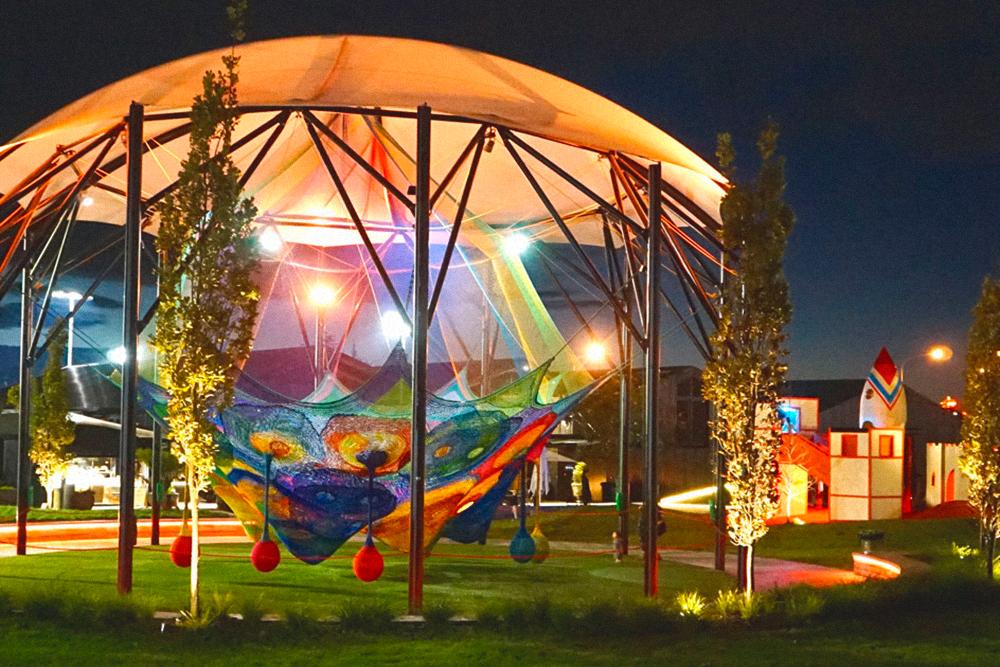 Яркая детская площадка в Окленде
