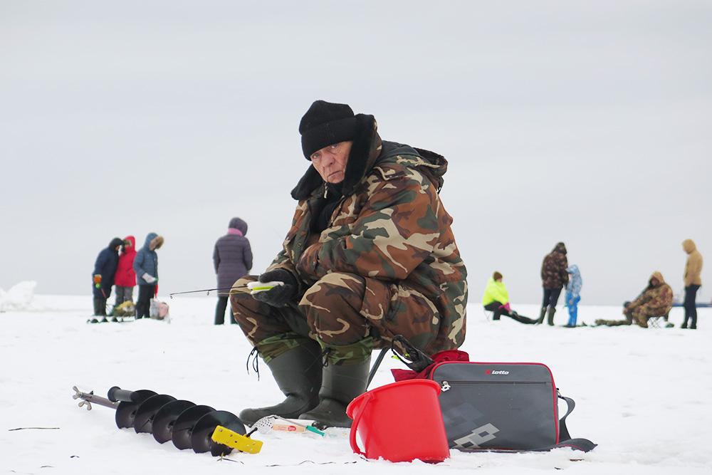 Подледная ловля корюшки в заливе Анива у Корсакова