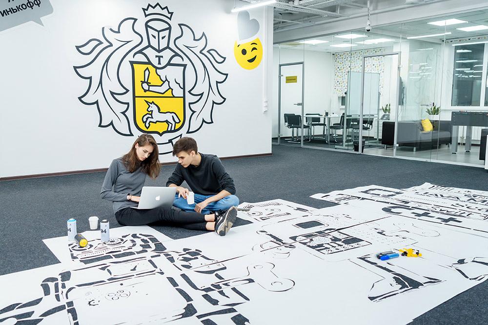 Филипп с Наташей перед началом рабочей смены: трафареты на полу через несколько часов превратятся в робота на стене