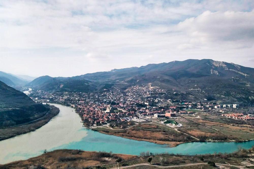 В Мцхете, если подняться на гору к храму Джвари, можно увидеть слияние двух рек — Мтквари (Куры) и Арагви. Говорят, именно это место Лермонтов описал в «Мцыри»