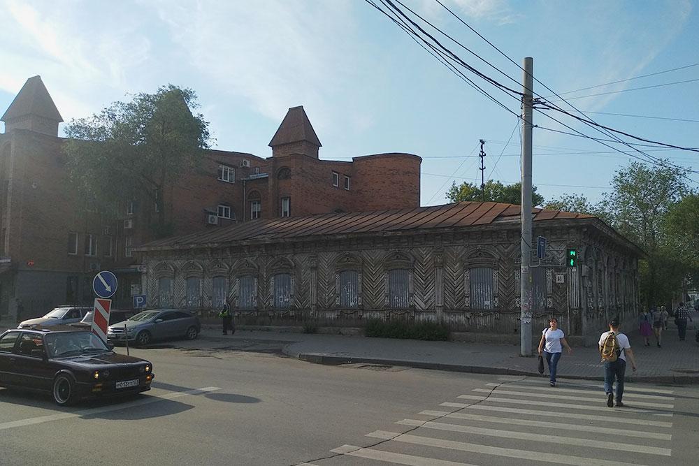 Этот деревянный дом в центре города уже много лет стоит заброшенным