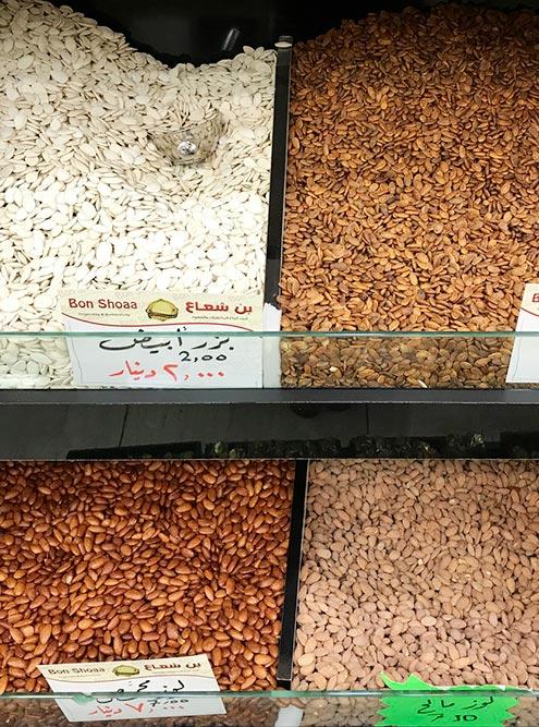 В Акабе полно магазинов, которые продают орехи и сладости. Многие туристы везут их домой в качестве сувениров