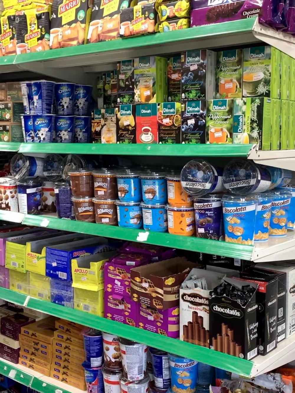 Полки со сладостями в супермаркете Arena Fresh Mart