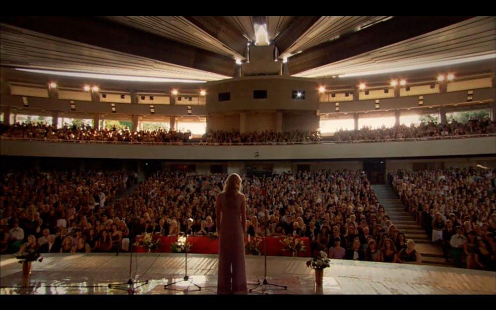 Кадр из сериала. Зрители в зале — это актеры массовых сцен. Фото: ivi.ru