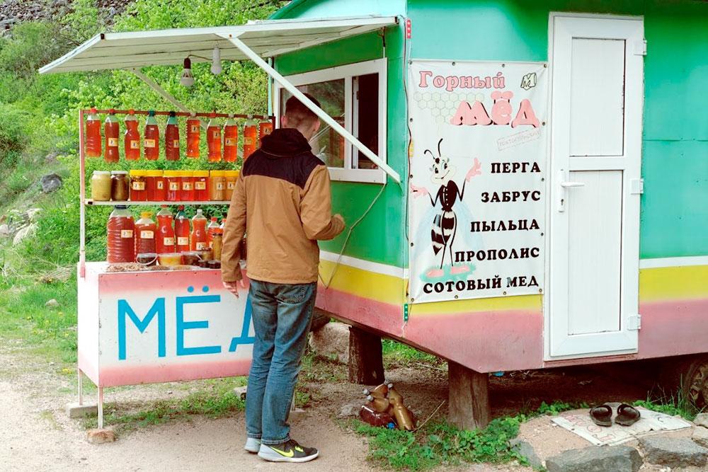На дороге в районе Токтогула много пасек и продают отличный мед