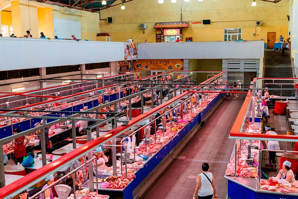 Цены на рынке бывают еще выше, чем в магазине. Одного продавца чуть не выгнали коллеги по цеху за попытку продавать клубнику не по 300<span class=ruble>Р</span>, как все, а по 240<span class=ruble>Р</span>. Фото: Shutterstock