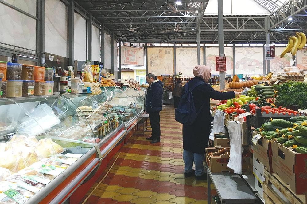Районный рынок на улице Голубые Дали. Здесь я покупаю специи, овощи, сыр, ткемали