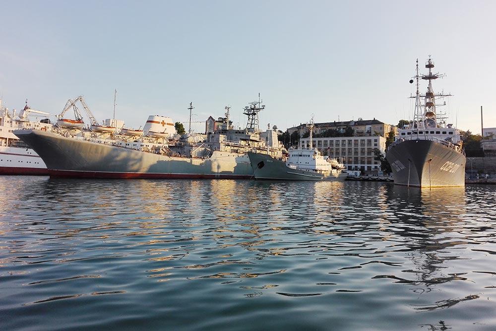 Корабли ВМФ России в Севастопольской бухте вблизи кажутся нереально огромными