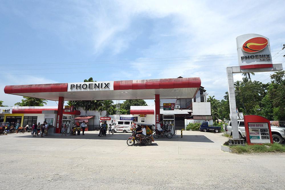 Бензоколонка на острове Самал. Цены на бензин повышаются или понижаются вместе с ценой на нефть. Сейчас он стоит примерно 50 песо (65 р.) за литр