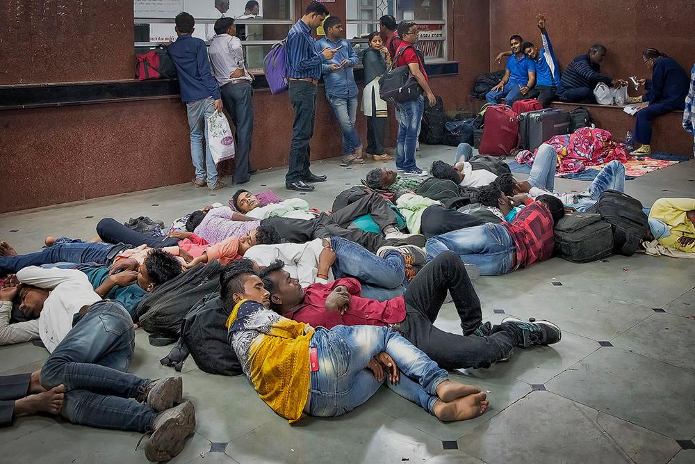 Типичный индийский вокзал: люди спят внутри и снаружи. Фото: Flickr