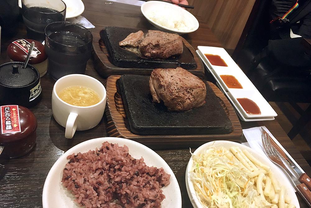 Но в Токио есть много заведений и с европейской едой. Например, 200 г стейка стоят 1000¥ (600 рублей), рис и салаты — бесплатно, сколько съешь