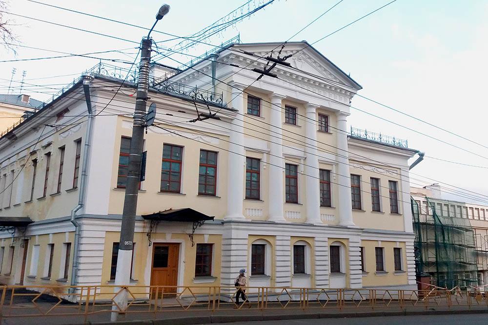Это здание реставрировали около десяти лет. Справа видно музей имени братьев Васнецовых — весь в лесах