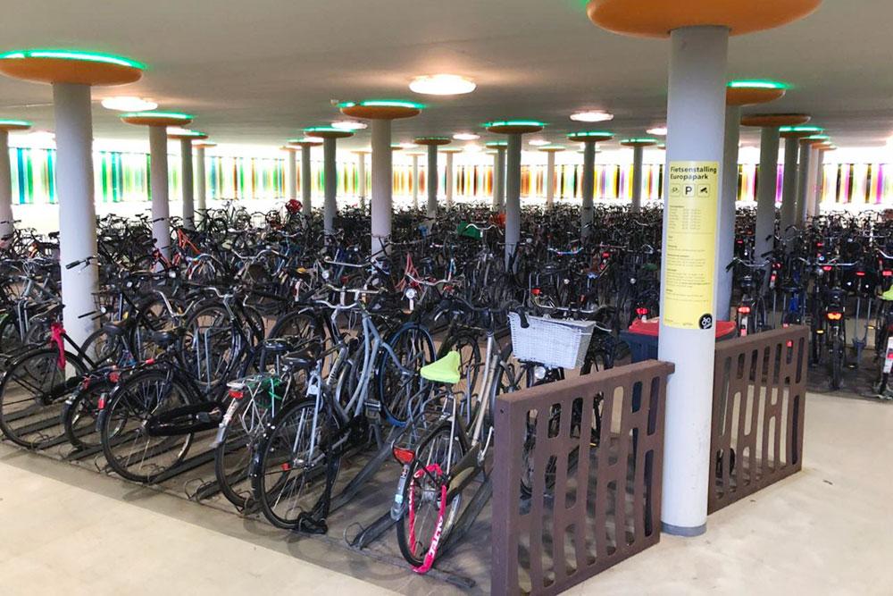 Одна из самых крупных велопарковок в Гронингене на ж/д вокзале