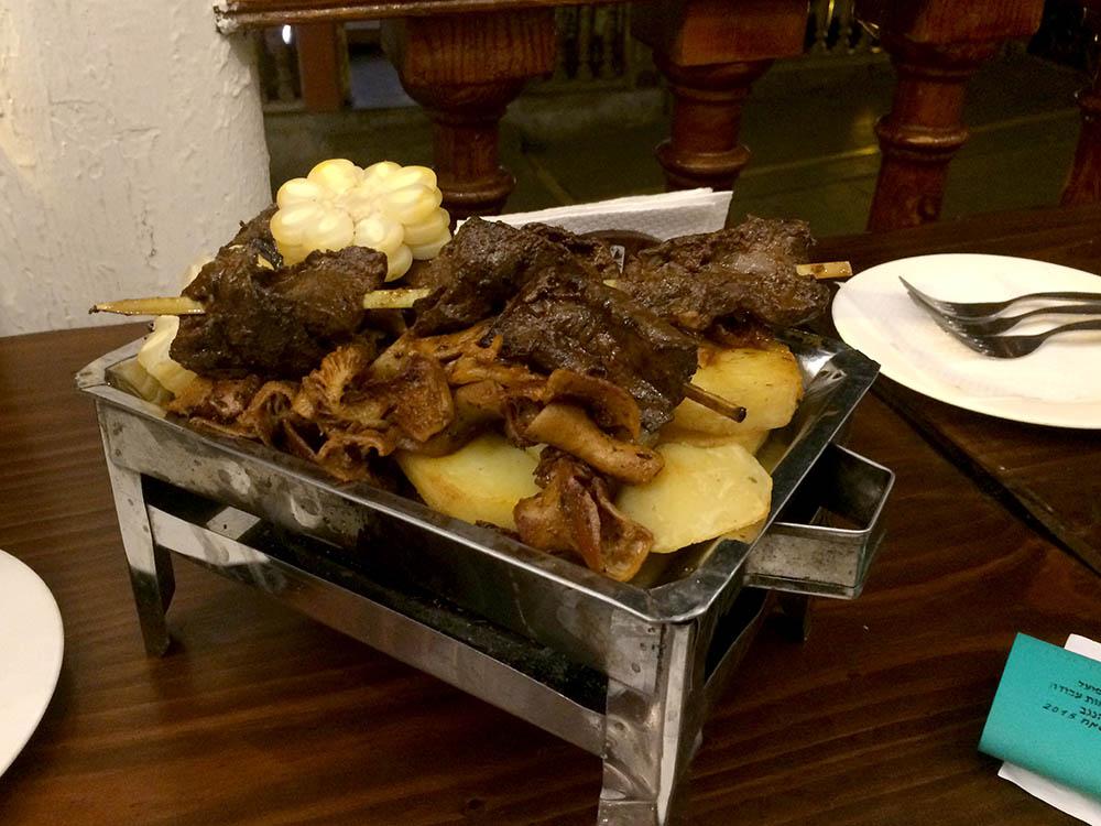 Другое национальное блюдо — антикучос. Это шашлыки из сердец быка или коровы. Их подают вресторане за 30 солей (600 рублей). В ларьках на улицах антикучос в два раза дешевле