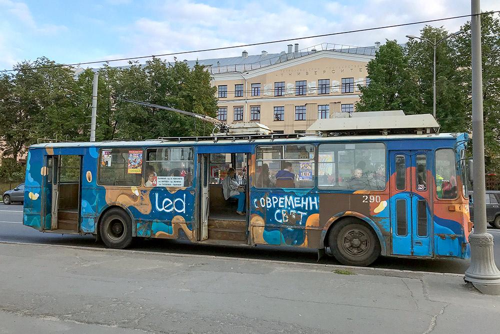 Троллейбусный парк был открыт в Петрозаводске в 1961 году. Многие троллейбусы выглядят так, словно ездят с тех пор не останавливаясь