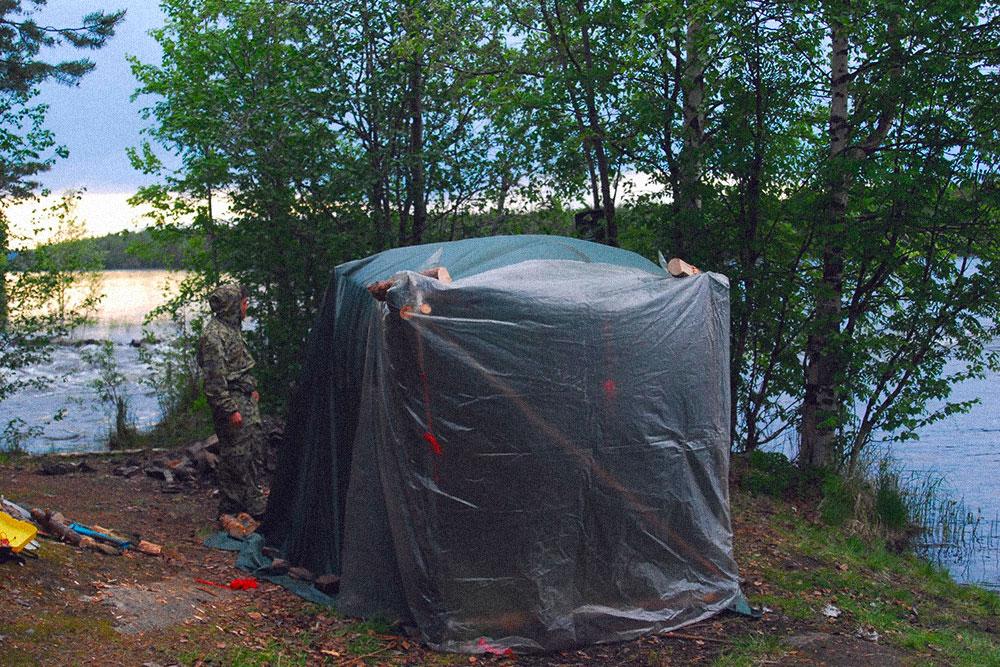 Готовая баня, укрытая полиэтиленом и тентом