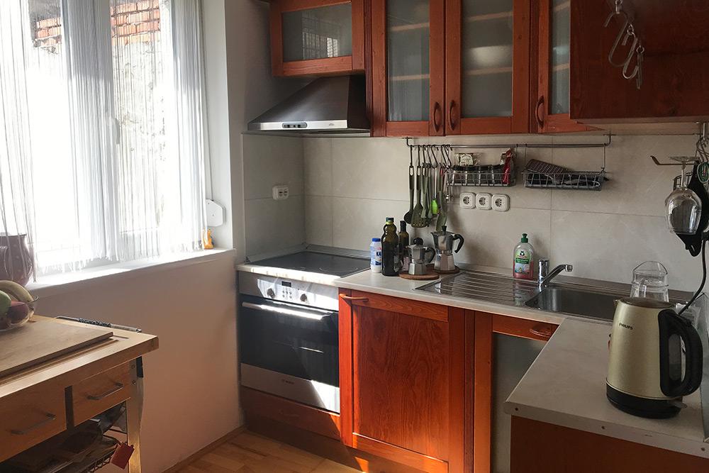 Кухня с окном, которое выходит во двор-колодец
