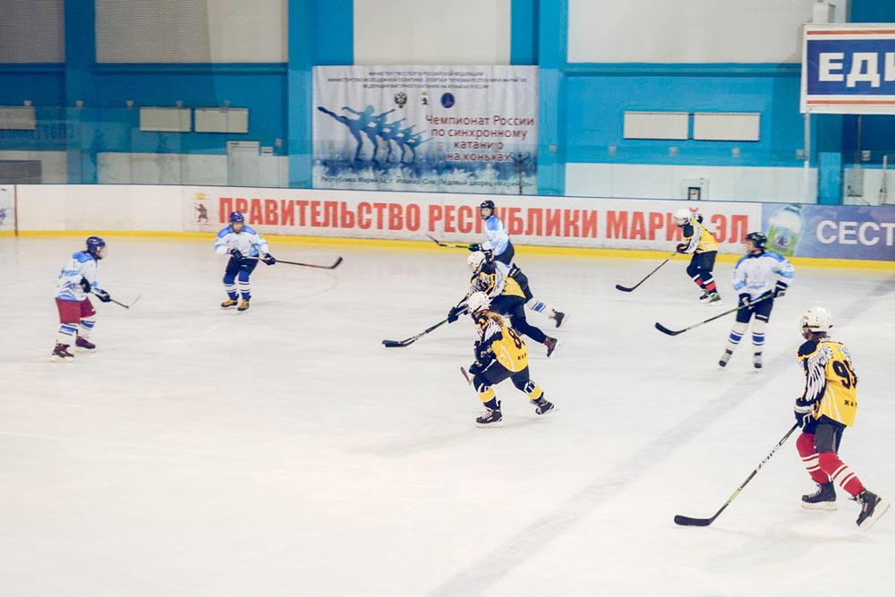 В ледовом дворце играют в хоккей или учат фигурному катанию
