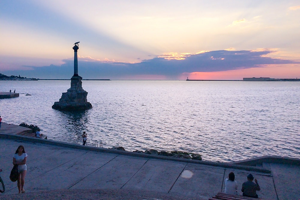 Закат у памятника затопленным кораблям. Справа видна Константиновская батарея