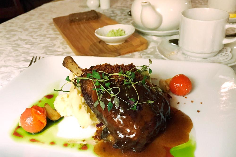 В «Бальтазаре» еда настолько вкусная, что за обед мы не произнесли ни слова, только мычали от наслаждения