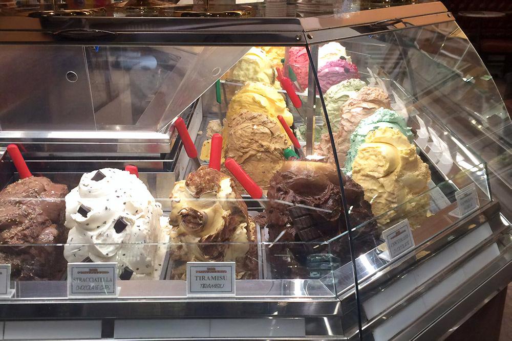 Джелатерия в Италии. В этом магазинчике можно купить кислое, сладкое, фруктовое и черное мороженое. Фото: Анна Яшкина