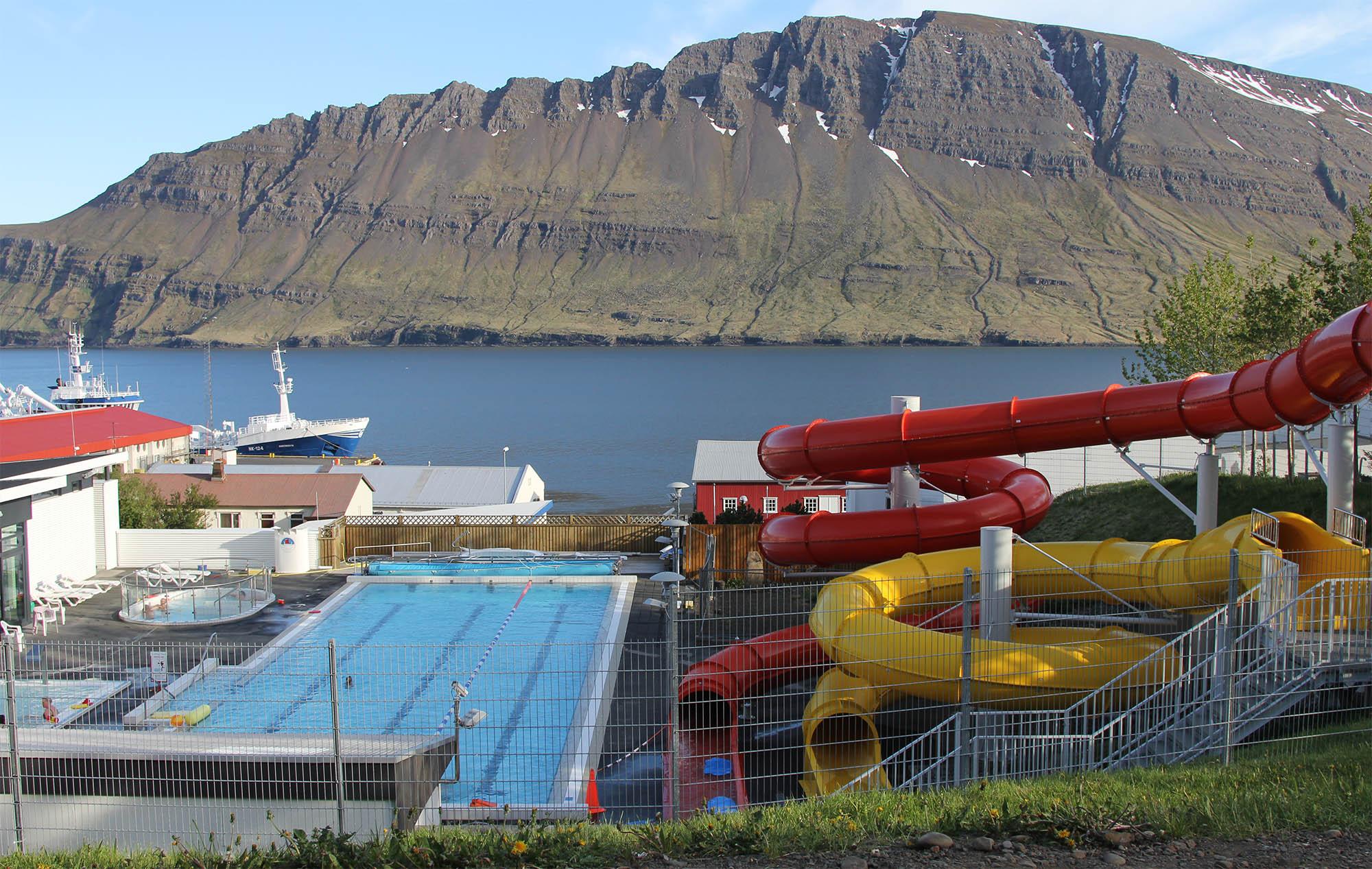 Бассейны можно встретить в каждом маленьком городе Исландии. Так выглядит бассейн в городе с населением 1500 человек