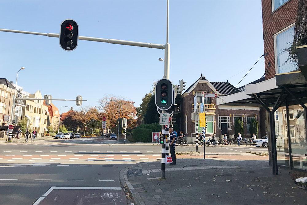 Велосипедные дорожки красного цвета и светофоры для велосипедов