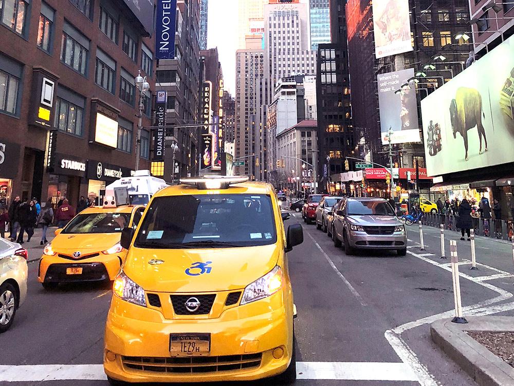 Желтые такси — символ города. Но ездить на них дороже и опаснее, чем на «Убере»