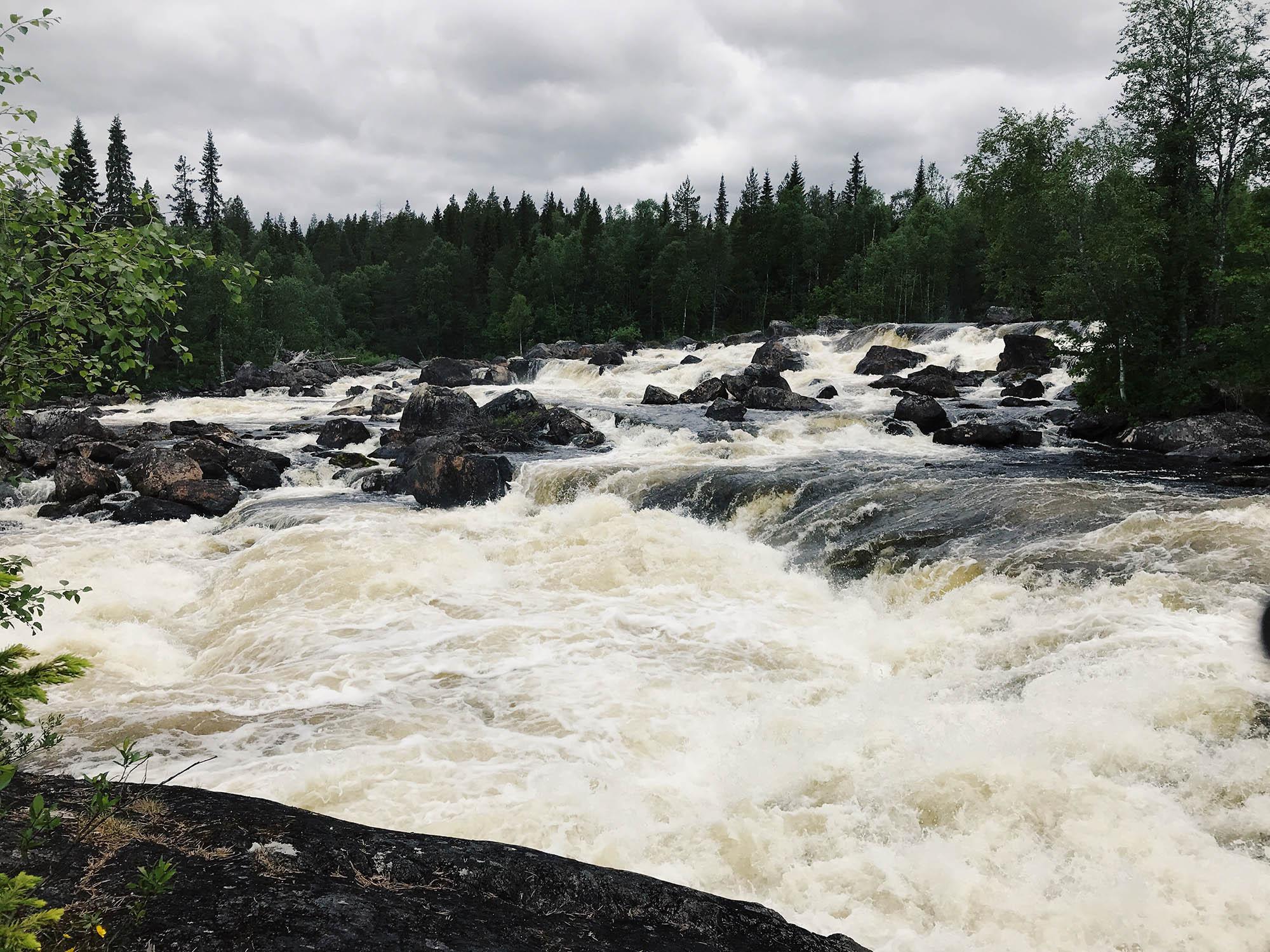 Дорога к водопаду лежит вдоль реки — идти по маршруту легко