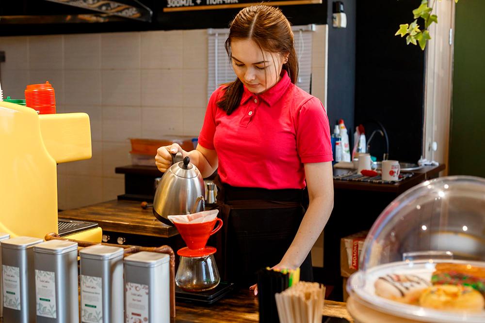 Бариста готовит альтернативный кофе методом пуровер