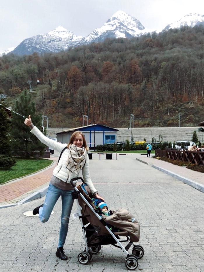 Моя подруга радуется горам