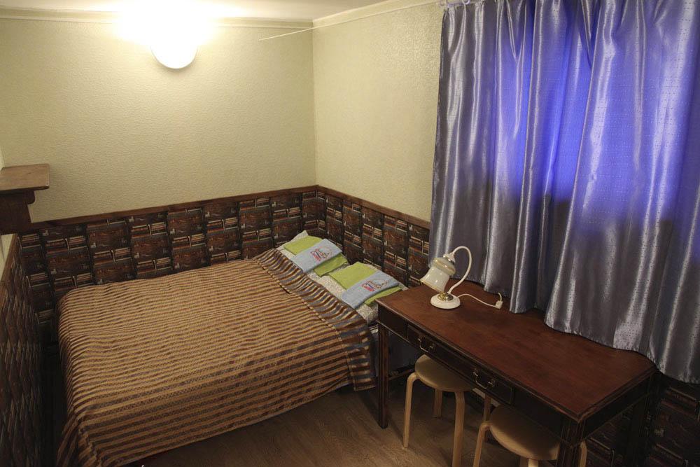 В номере было две кровати, двуспальная и односпальная, стол, стулья, зеркало, полка для обуви и ночник. Все аккуратно и чисто