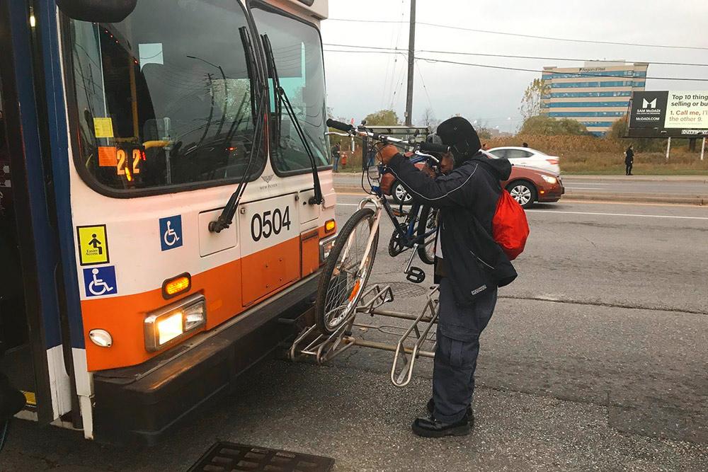 На автобусах есть крепления для велосипедов