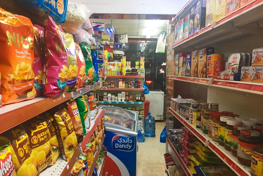 В бакалах продается много сладостей, снеков и законсервированных продуктов. Свежие овощи и фрукты лучше покупать в магазине