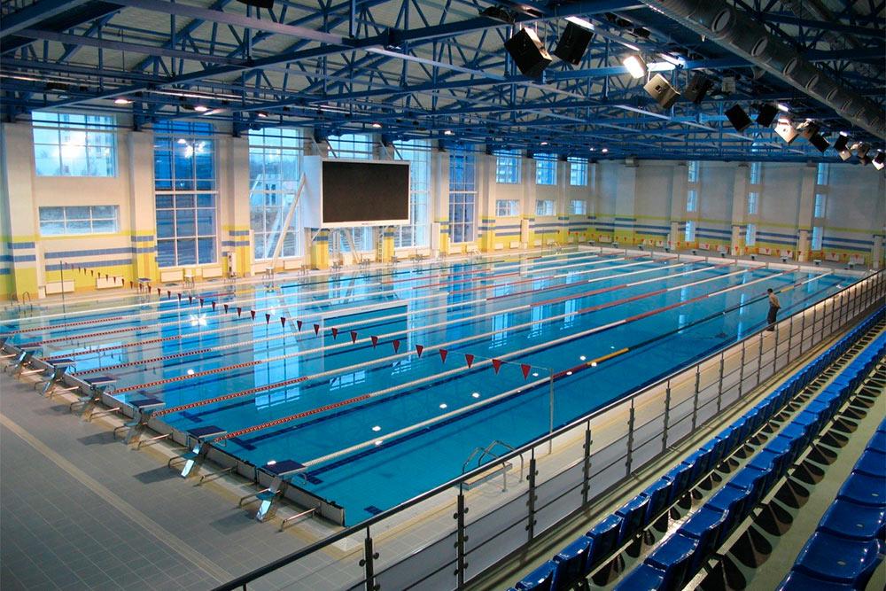 В городском бассейне проводят международные соревнования на Кубок мира по синхронному плаванию
