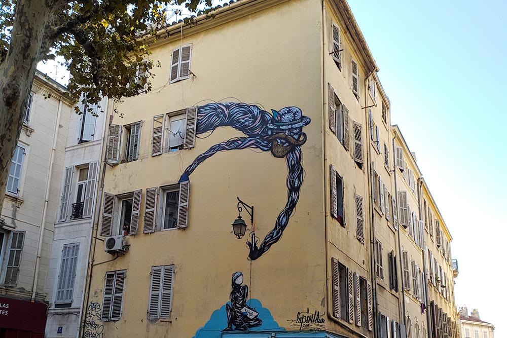Кондиционер на стене дома в Марселе — редкость. Обычно никто их не устанавливает, потому что это стоит дорого и нужно очень долго согласовывать установку с властями