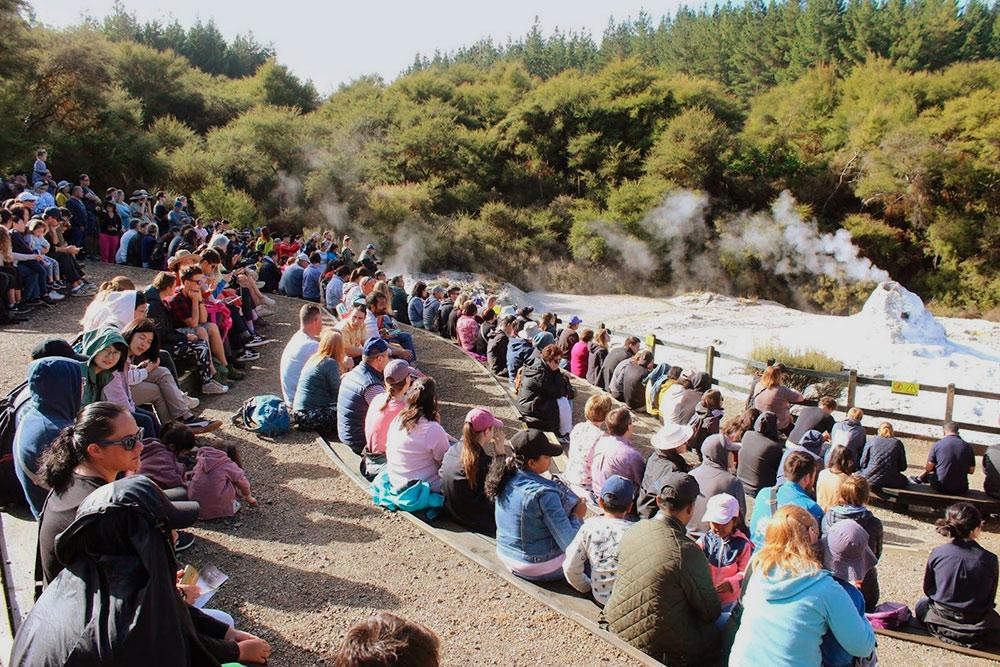 Зрители ждут извержения гейзера