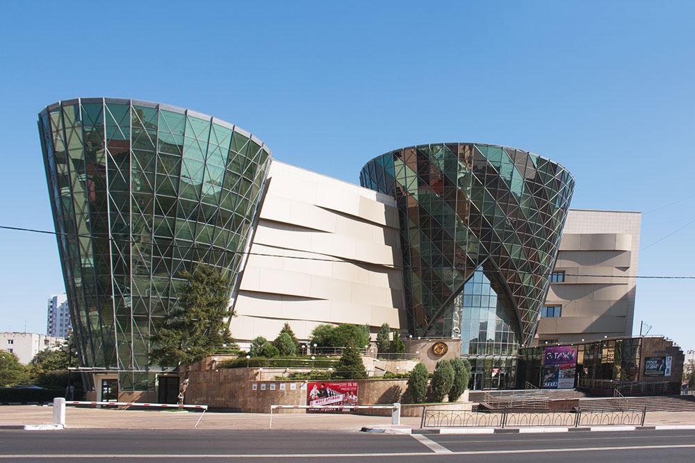 Областная филармония. По замыслу архитекторов, стеклянные корпуса символизируют барабаны
