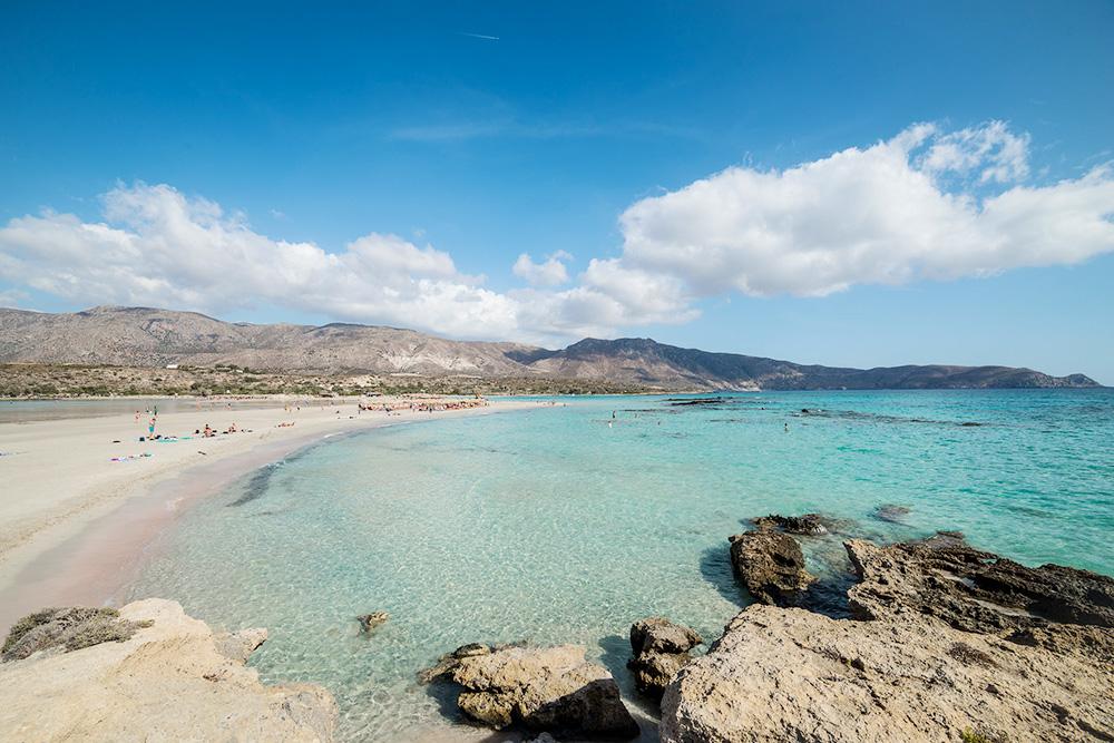 Элафониси — мой любимый пляж на острове. Песок на пляже розовый из-за ракушек, которые морские волны перетерли в пыль. Фото: Tiomax80/Flickr