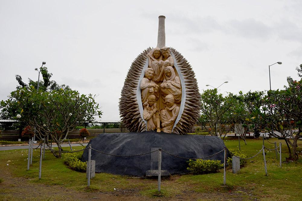 Памятник дуриану в аэропорту Давао. Дуриан — это символ города