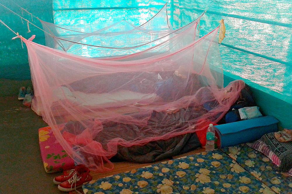 В ашраме Шивананды в Керале мы спали на полу в общей женской комнате. Нам выдали матрасы и москитные сетки. Спальник и пенку мы возили с собой