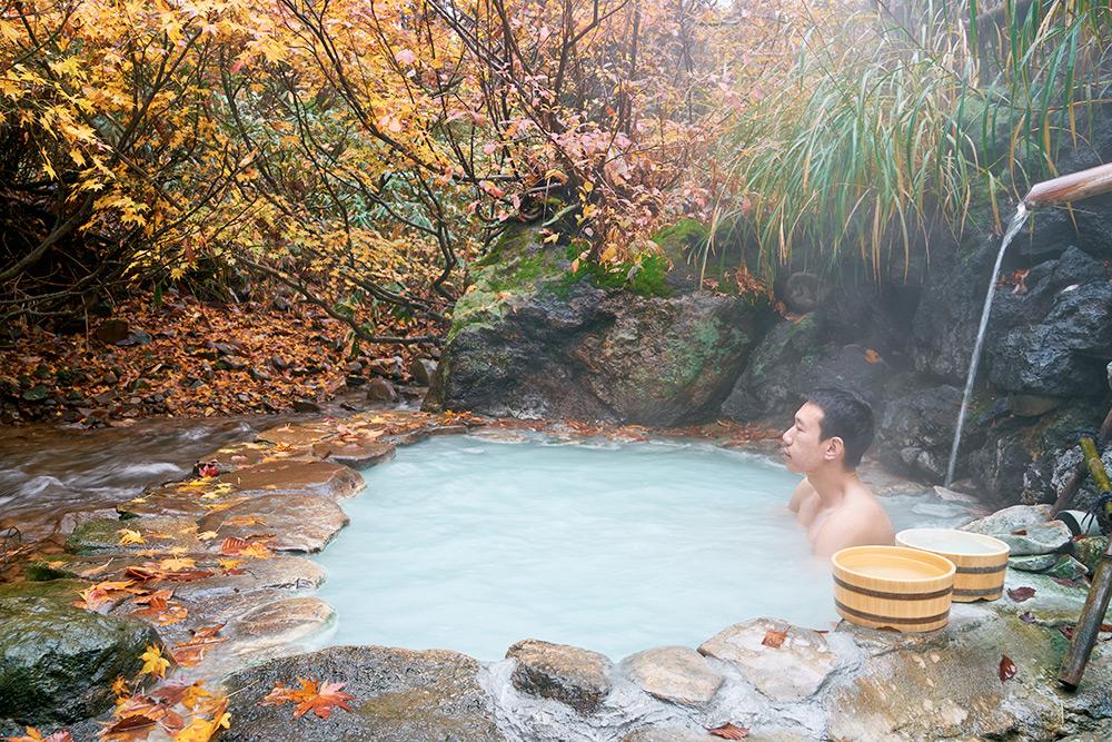 А это онсен, их с сэнто часто путают. Онсен — это сэнто с минеральной водой из термальных источников. За таким нужно ехать в горы, в Токио настоящих онсенов нет. Фото: Shutterstock