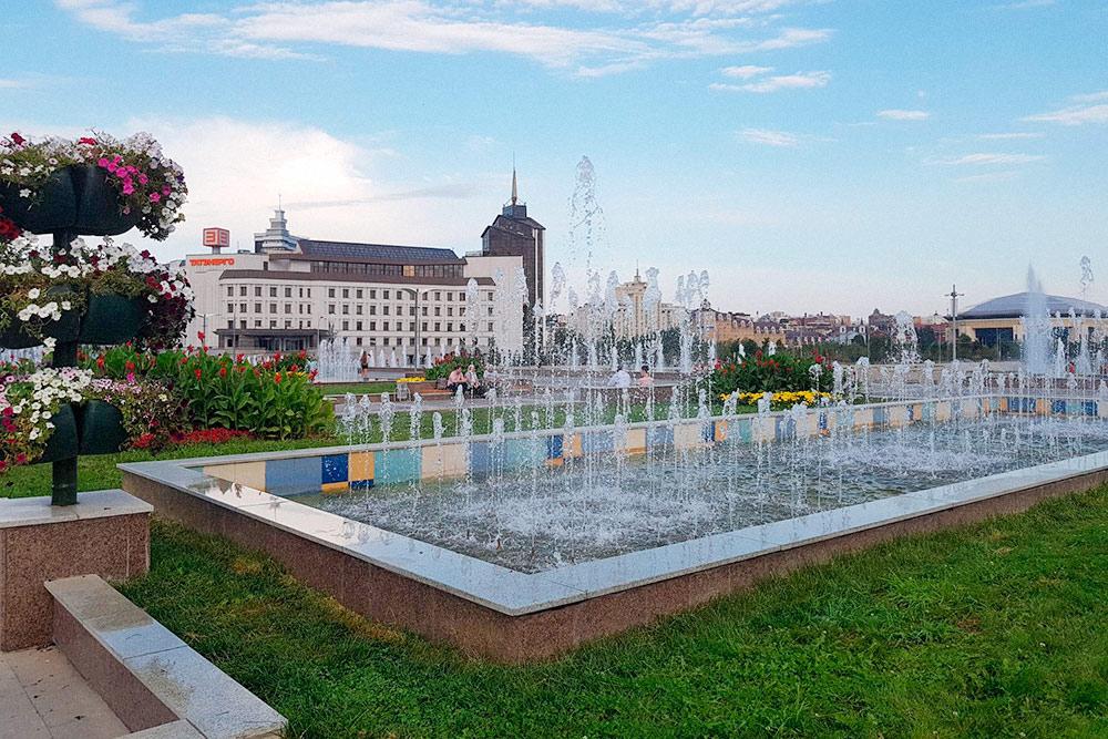 Летом в Казани хорошо гулять по площади с фонтанами у театра Камала