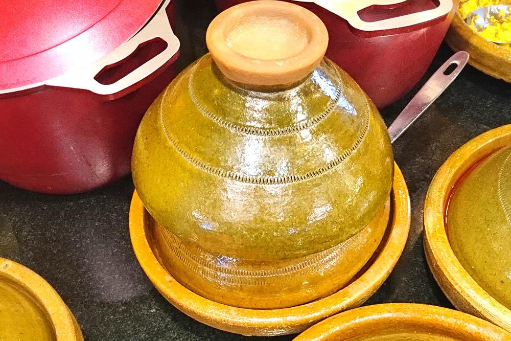 Тажин можно купить в сувенирных лавках. Цена — от 10 до 200 дирхамов (75—1500<span class=ruble>Р</span>). Цена зависит от размера