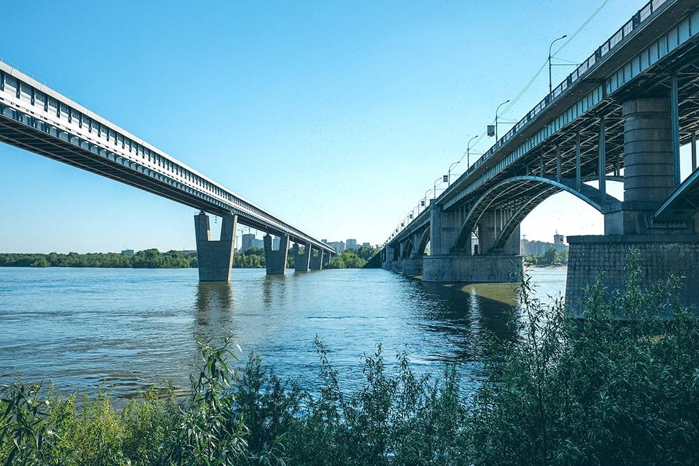 Метромост и Октябрьский мост. Вид на левый берег с набережной