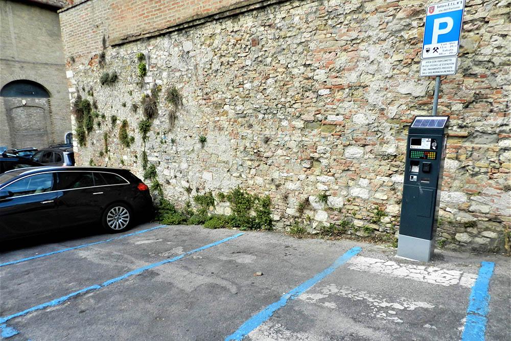 Под знаком указано, когда парковка платная