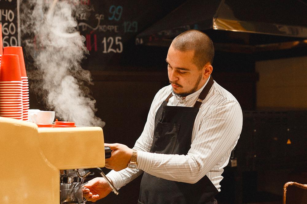 Наш главный бариста — Денис. Он профессионально варит кофе и обучает новеньких